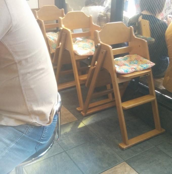 環2家。子供用椅子が結構置いてある